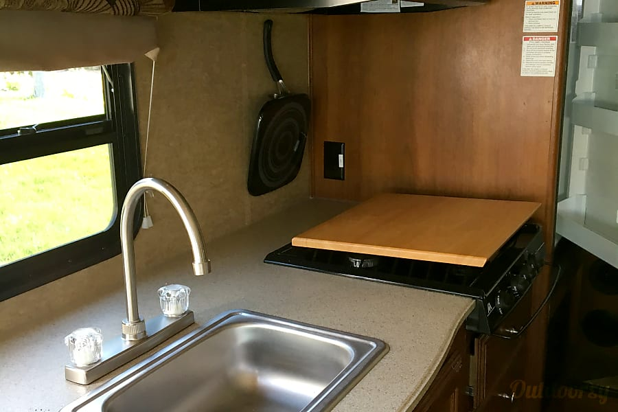 NIKO the RV Jurupa Valley, California Plenty of space for cooking