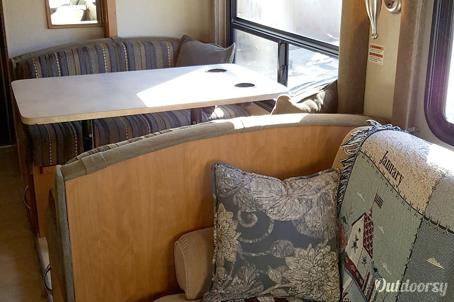 Adventure-ready! Sleeps 8 with Private Master - Fleetwood Jamboree GT 31w San Diego, California Games and good times here.