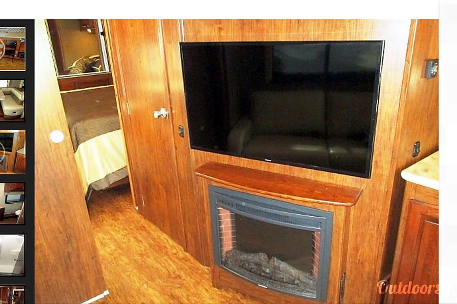 2017 Coachmen Mirada Select 37 SB Richmond, TX TV in the living room