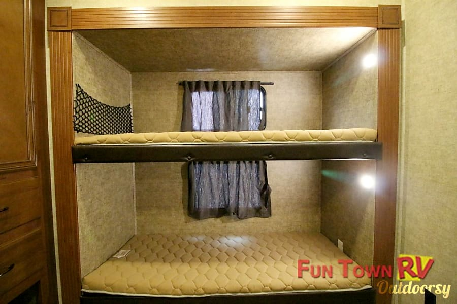 Brand new 5th wheel with quad rear bunk house and living room seating for 7+ Pilot Point, Texas Bunkbeds
