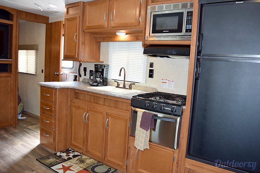 2017 Gulf Stream Conquest (36') Sweeny, TX Fully stocked kitchen.