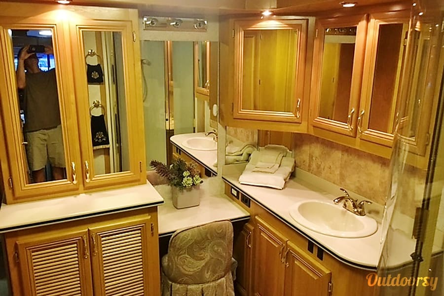 2000 Beaver Contessa 40' Englewood, Colorado Our spacious bathroom gives you plenty of room for two people to be getting ready at the same time.