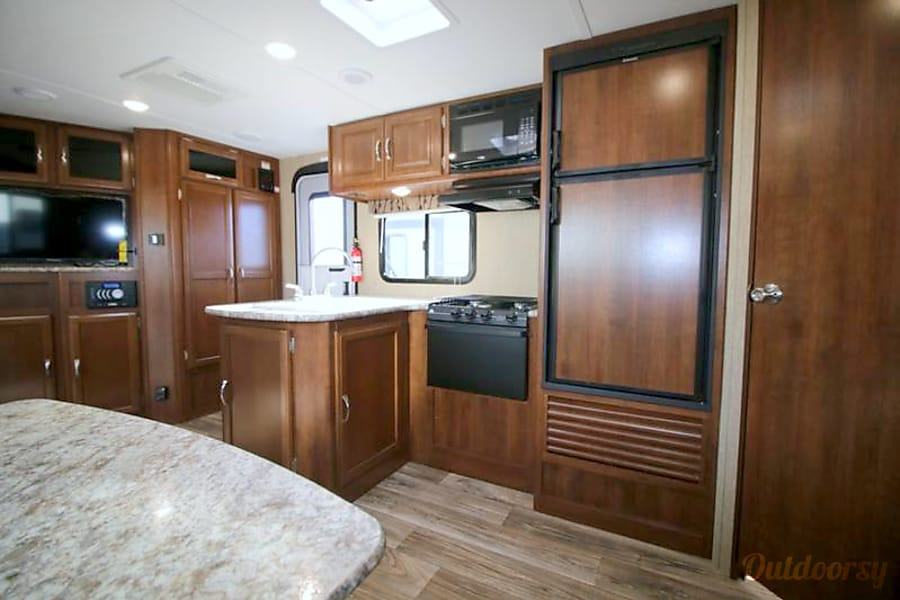 Beautiful 2017 Bunkhouse Style Trailer!! Mogadore, Ohio View of the kitchen and entry way.
