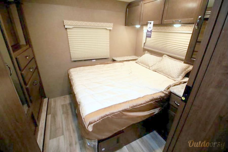 2017 Thor Motor Coach, 30' Freedom Elite, Bunkhouse O'Fallon, IL *Must provide your own sheets/bedding.  Mattress cover provided