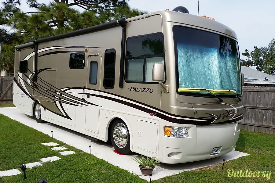 exterior 2013 Thor Motor Coach Palazzo Palm Bay, Florida