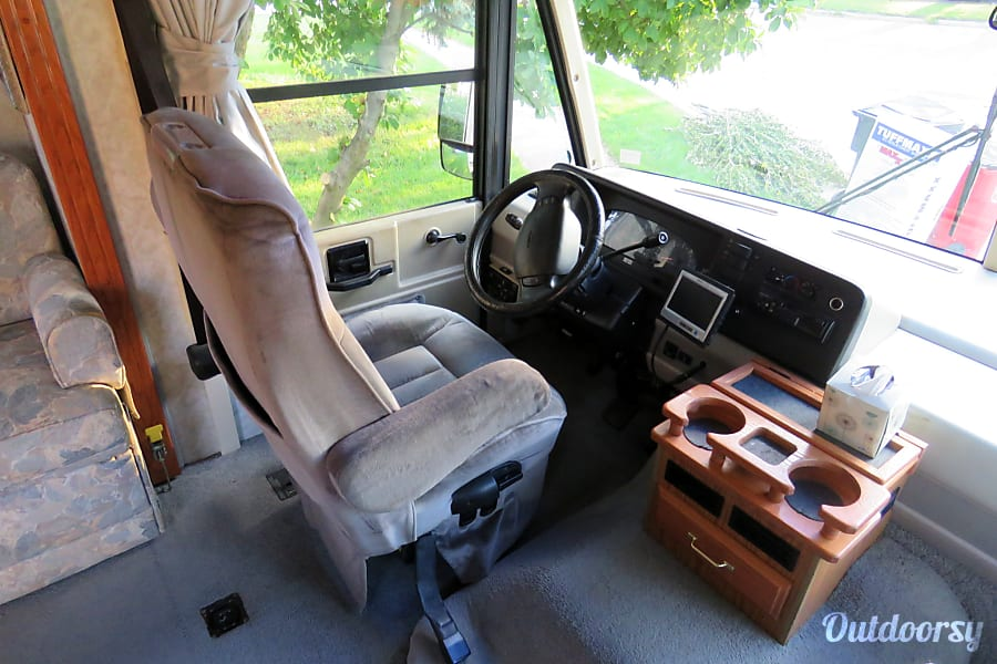 1999 Itasca Suncruiser Grove City, OH Drivers area with backup camera.