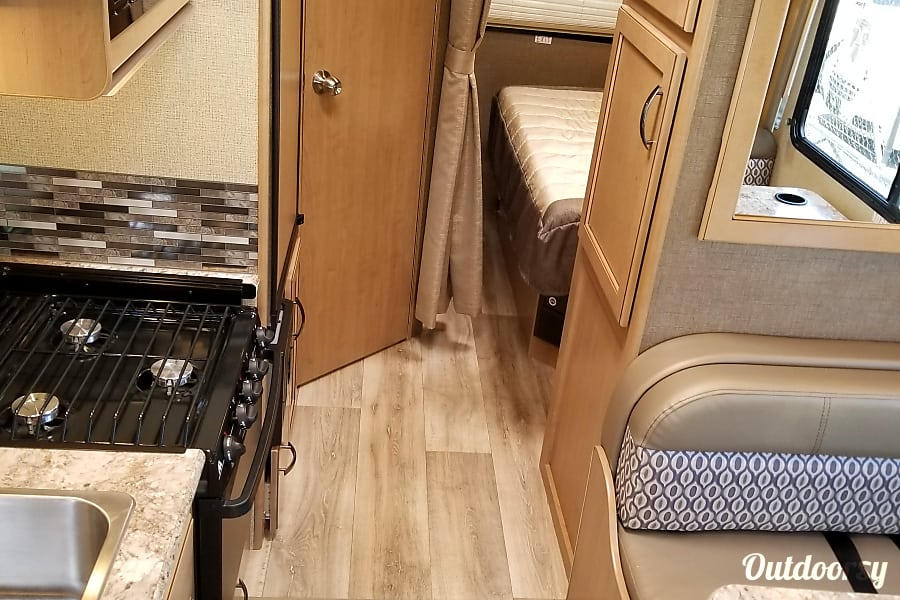 """2018 Thor Motor Coach Freedom Elite 22FE """"The tiny home"""" LIVE, LOVE, AND GO CAMPING!! Marietta, GA Great size kitchen will all black appliances"""