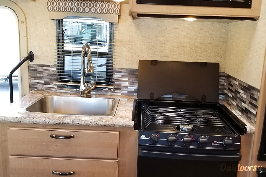"""2018 Thor Motor Coach Freedom Elite 22FE """"The tiny home"""" LIVE, LOVE, AND GO CAMPING!! Marietta, GA Great kitchen"""