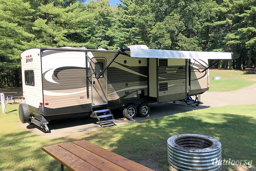 exterior 37' Prime Time Avenger, 3 Slide Outs, sleep up to 9 Cement City, MI
