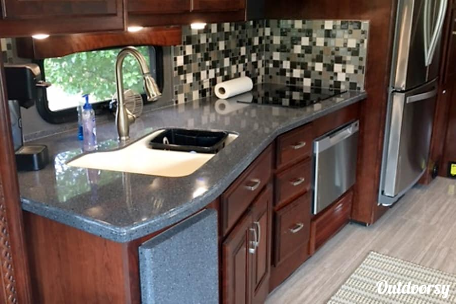 2017 Holiday Rambler Endeavor SE Solon, Ohio Side view of kitchen