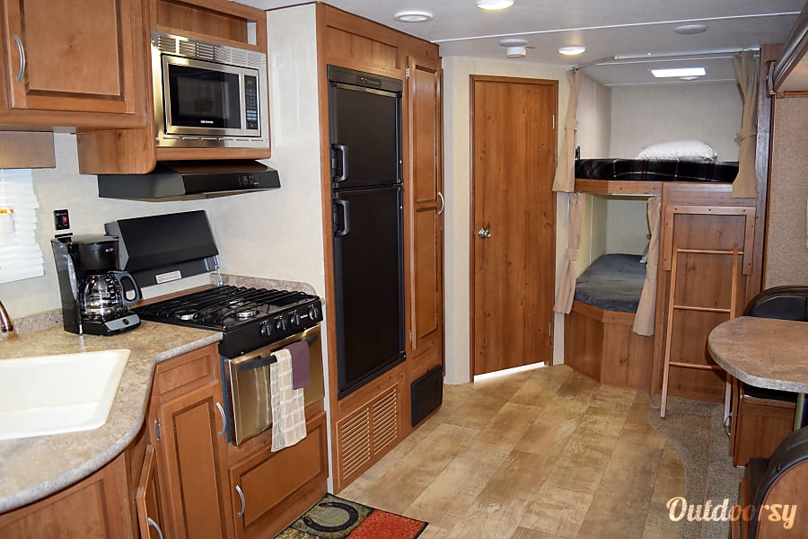 2017 Gulf Stream Conquest (31') Sweeny, TX Full kitchen has all the amenities you'll need.