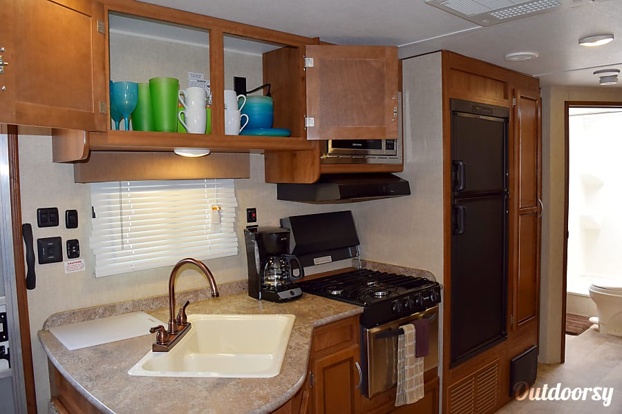 2017 Gulf Stream Conquest (31') Sweeny, Texas Plenty of storage & comes stocked with kitchen items, towels & washcloths and bedding.