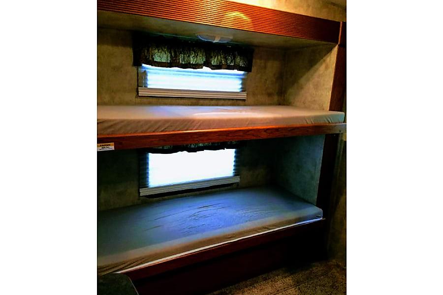 2010 Keystone Montana Mountaineer Bangor, Pennsylvania Large bunks!