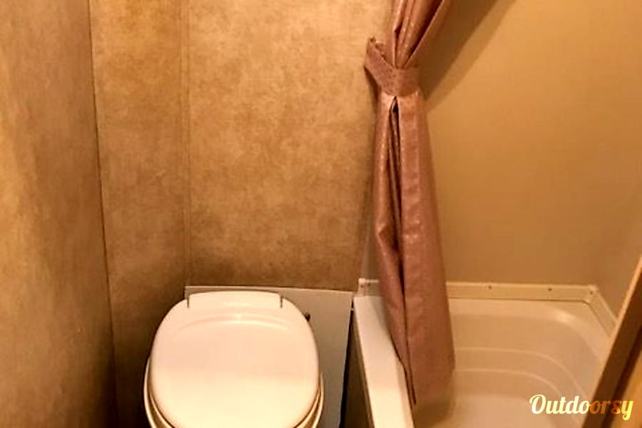 2013 Forest River Wildwood X-Lite Alpine, California Toilet with full shower and bath