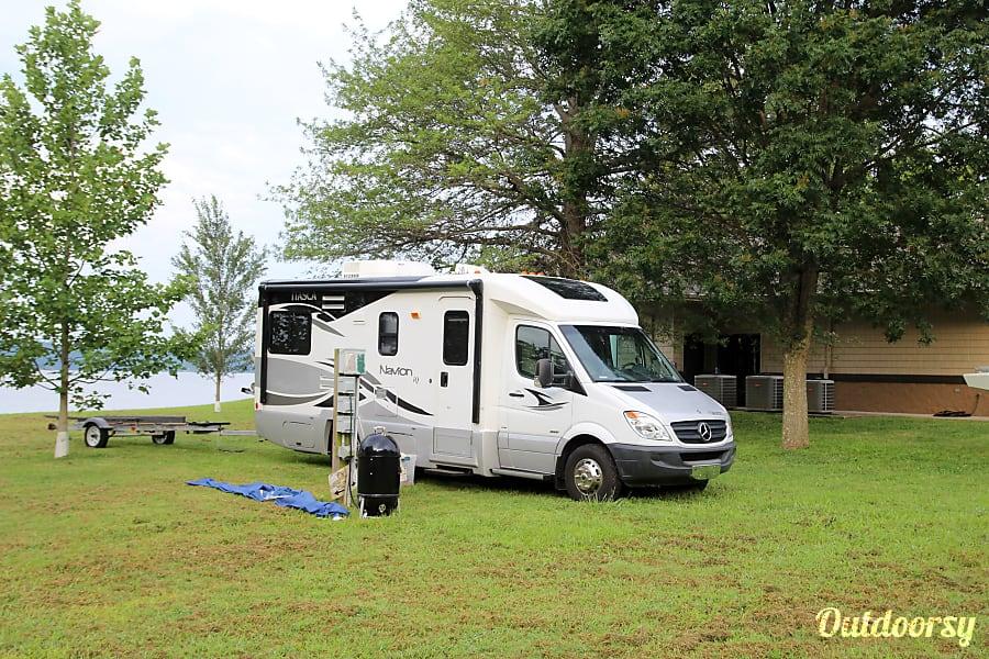 exterior 2011 Itasca Navion Huntsville, AL