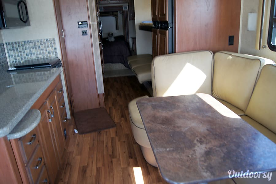 2015 Jayco Precept. Perfect for family memories. Layton, UT Table with slide out.