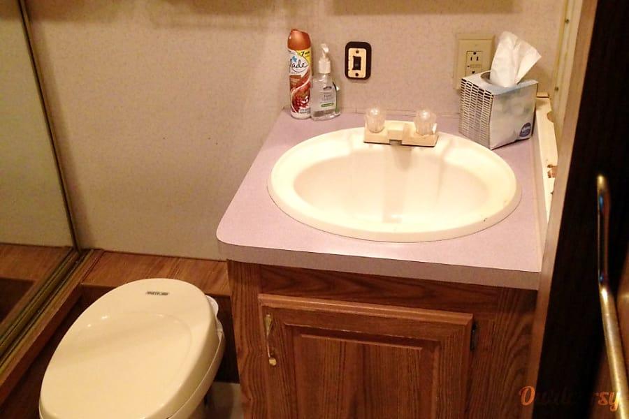 1994 Terry 25.5 ft. Nolanville, Texas cute bathroom
