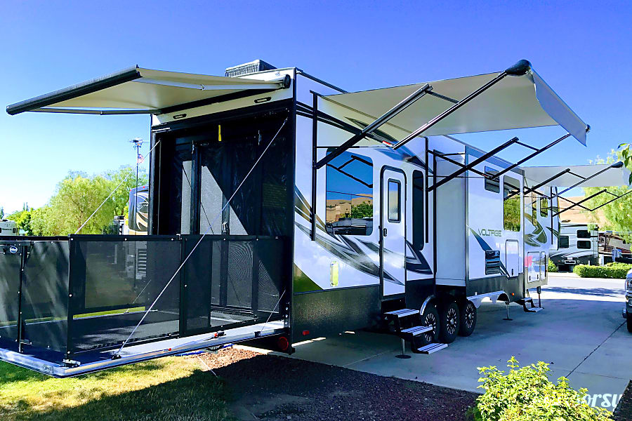 exterior 2018 Dutchman Voltage 3975 Fifth Wheel Toy Hauler Morgan Hill, CA