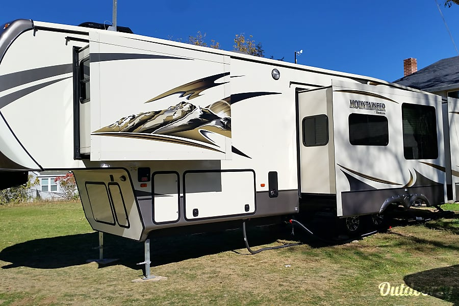 2015 Montana Mountaineer Fillmore, UT 2 slide outs, higher is Master Bedroom. Lower is Living Room.