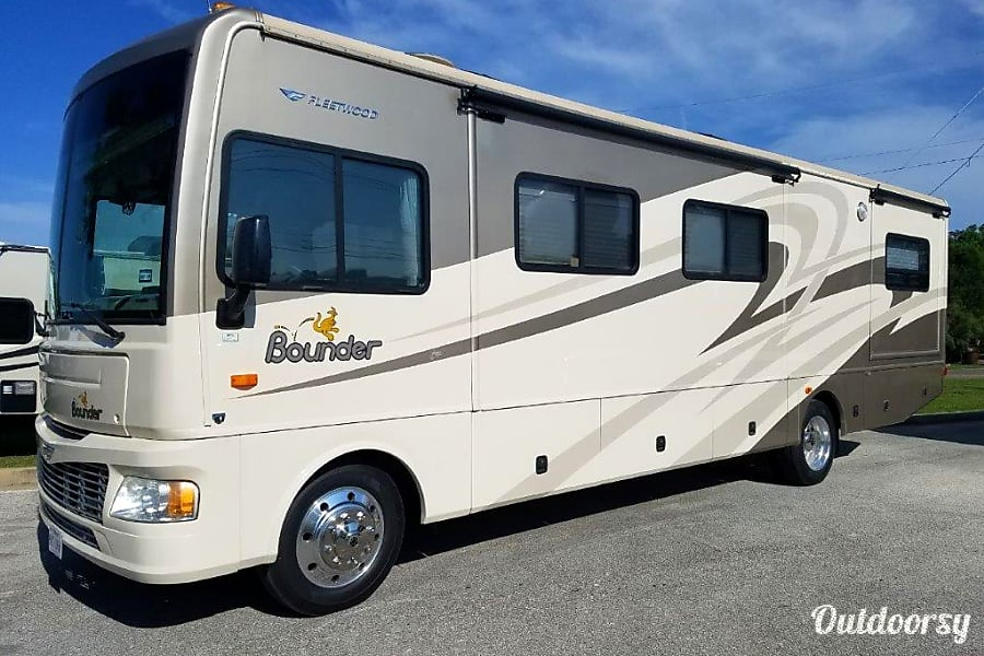 exterior Fleetwood Bounder 34G Round Rock, TX