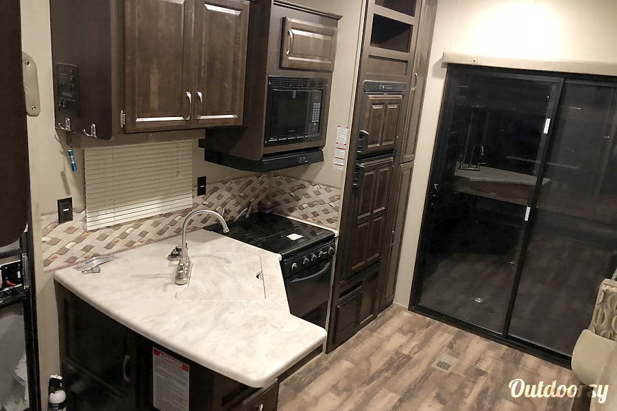"""""""Larry"""" (2017 Palomino 373-QSI) Cleveland, Texas Kitchen/living room"""