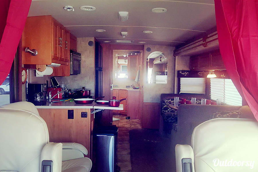 interior Luxury Winnabago Journey SE Like New Diesel Pusher Mandeville, LA