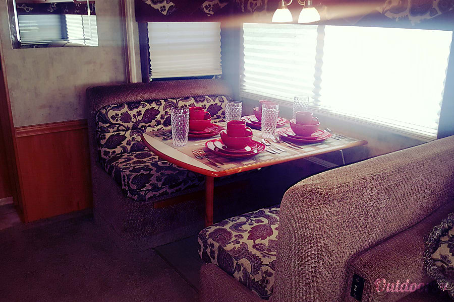Luxury Winnabago Journey SE Like New Diesel Pusher Colorado Springs, Colorado Dining area for four that converts into sleeper