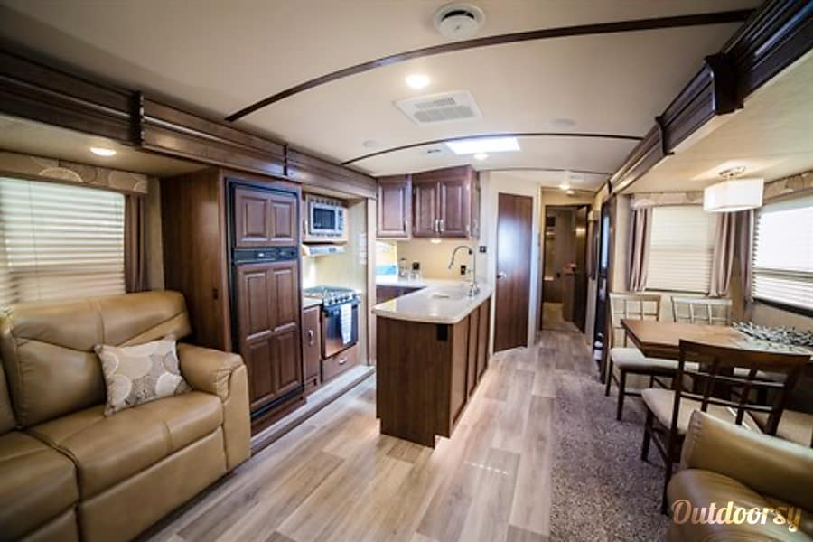 2016 Dutchmen Denali San Antonio, Texas Plenty of space to dine and entertain all from one area. Awesome cooking and range with microwave .