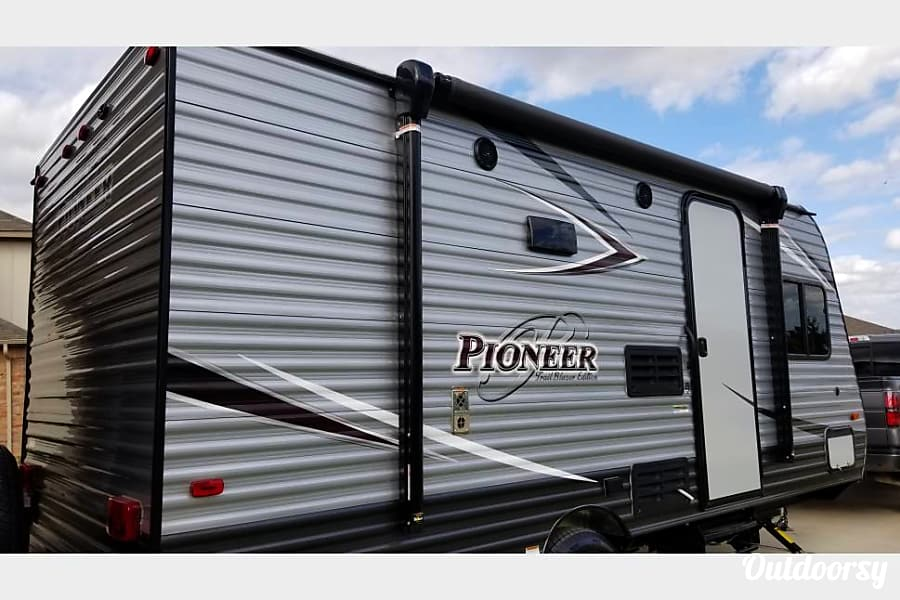 interior 17FT Pioneer Travel Trailer w/ Bunk Beds (Sleeps 5) and External Generator Buda, Texas