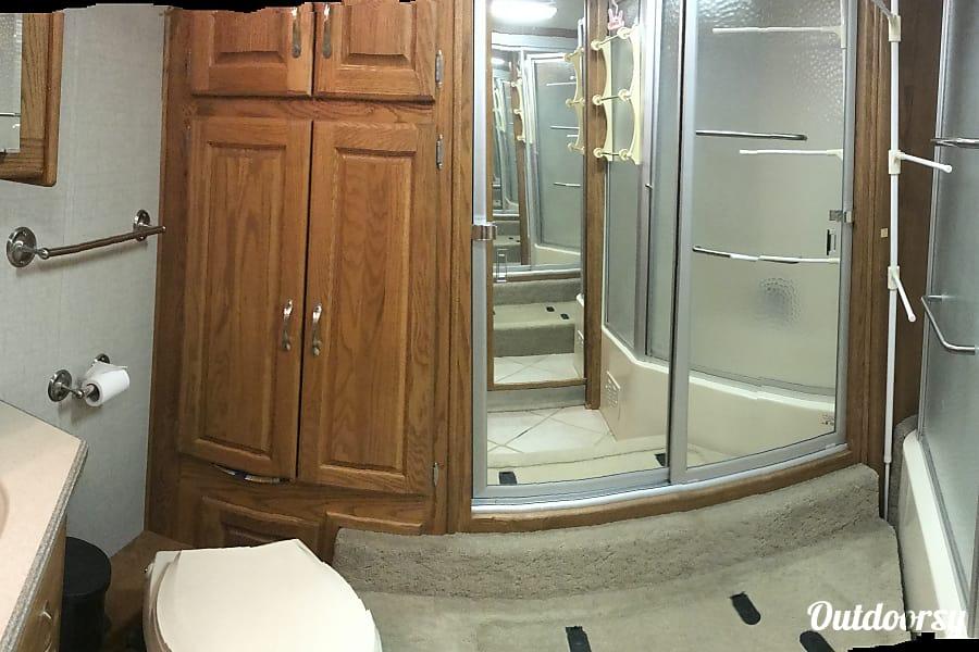 2004 Holiday Rambler Scepter Las VegasLas, NV Master Bath with full size bathtub shower