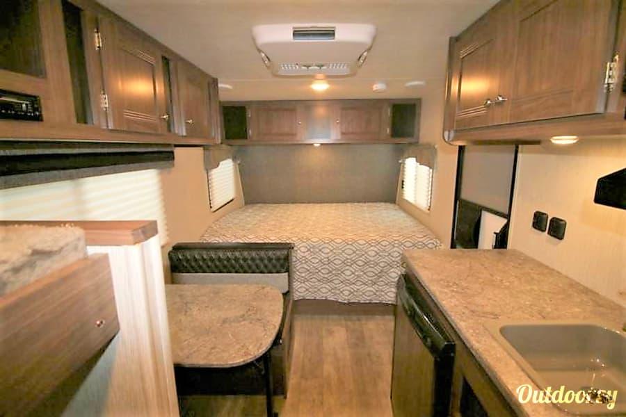 17FT Pioneer Travel Trailer w/ Bunk Beds (Sleeps 5) and External Generator Buda, Texas