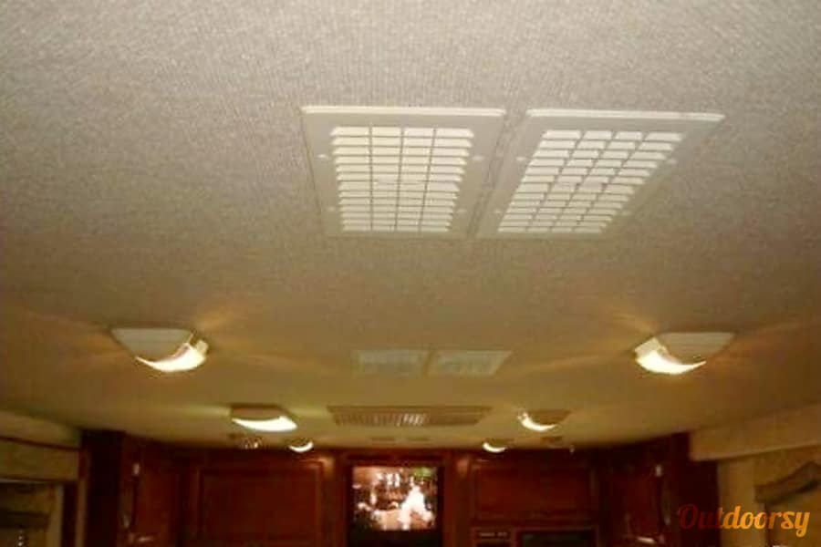 2002 Fleetwood Bounder Churubusco, IN Dual AC units providing ducted air to front and back of the RV.