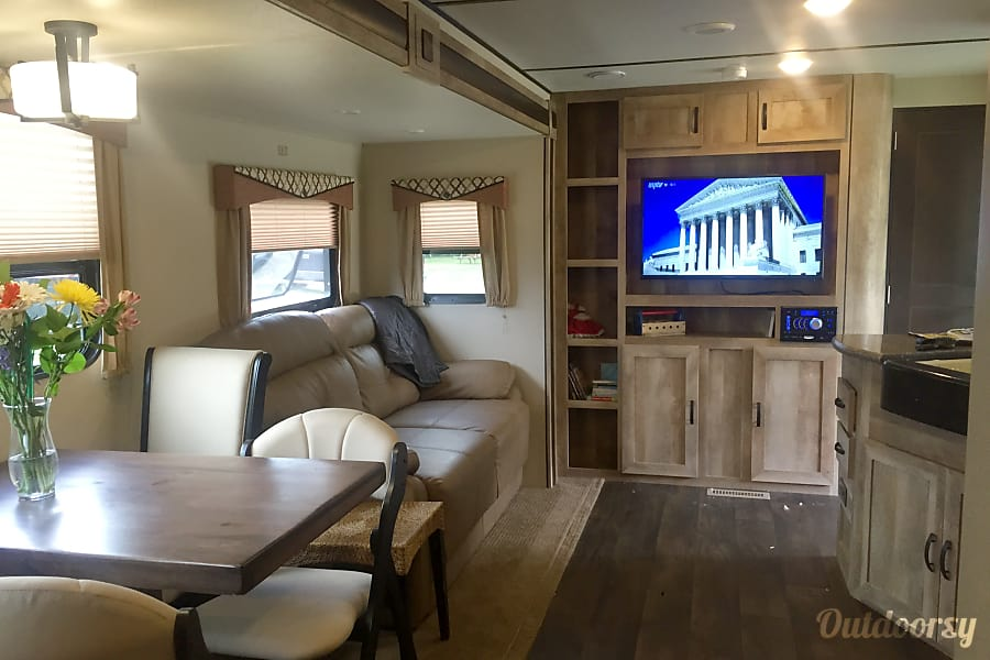 interior Layton Javelin - Sleeps 8!  Like New!  Power slide and power awning w/led lighting! Oconomowoc, Wisconsin