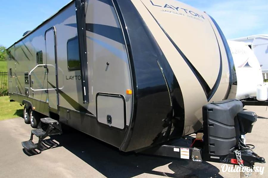 Layton Javelin - Sleeps 8!  Like New!  Power slide and power awning w/led lighting! Oconomowoc, Wisconsin