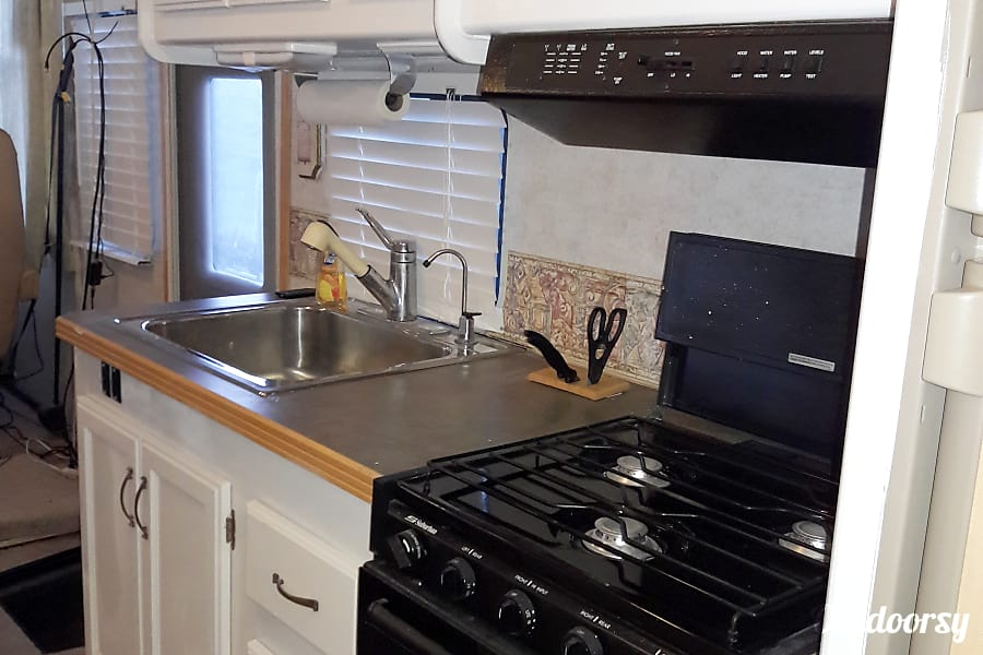 2000 Gulf Stream Palm Breeze San Antonio, Texas Microwave, 3 burner stove and oven, and the tank systems monitor