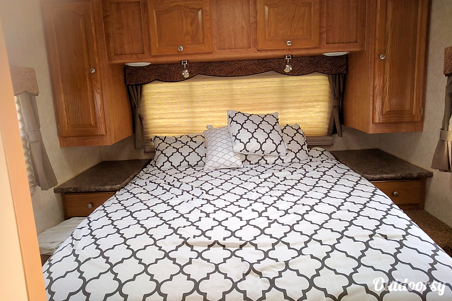 Forest River Rockwood Signature Ultra   34 Ft   Sleeps 9 Lompoc, CA Sleep In