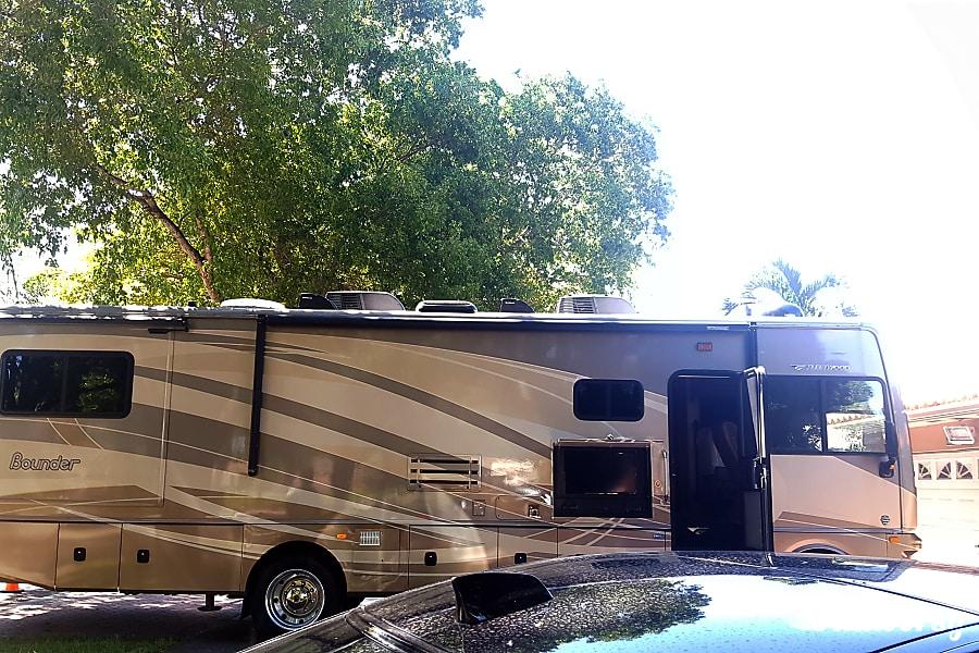 exterior 2015 Fleetwood Bounder Hialeah, FL