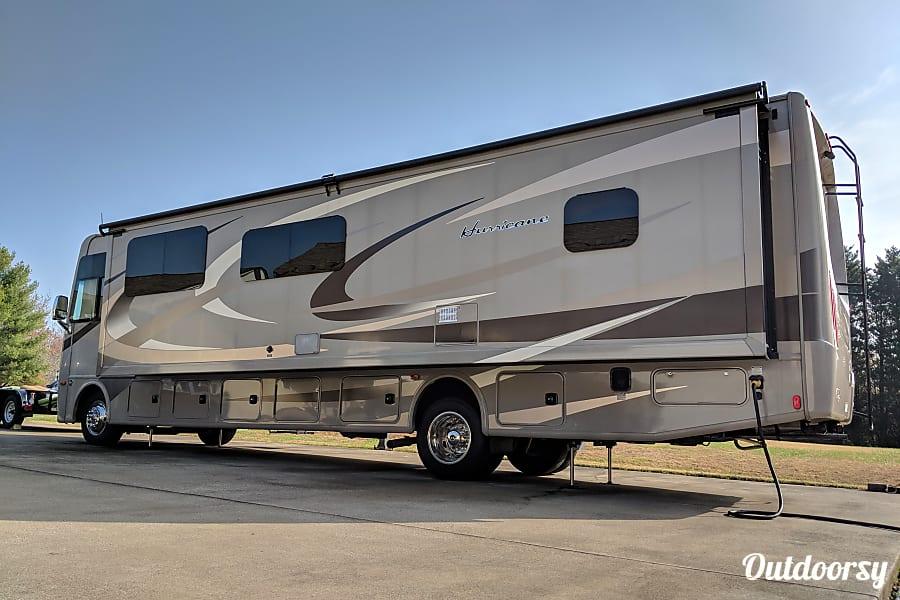 exterior 2015 Thor Motor Coach Hurricane Cleveland, TN