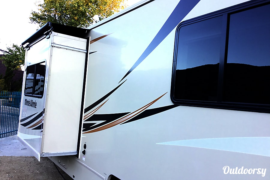 exterior 2016 Winnebago Minnie Winnie Mountain Center, CA