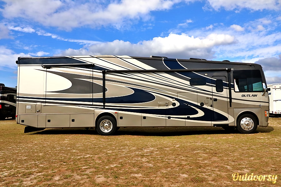 exterior 2016 38' Thor Outlaw - Porch Model Tampa, FL