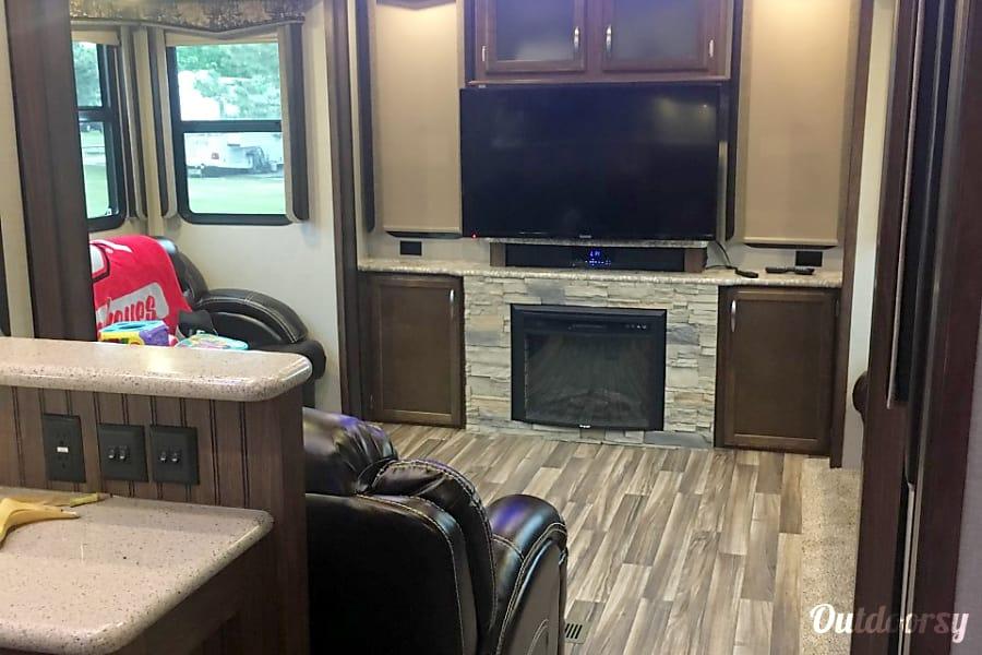 interior 2017 Keystone Montana High Country Virginia Beach, VA