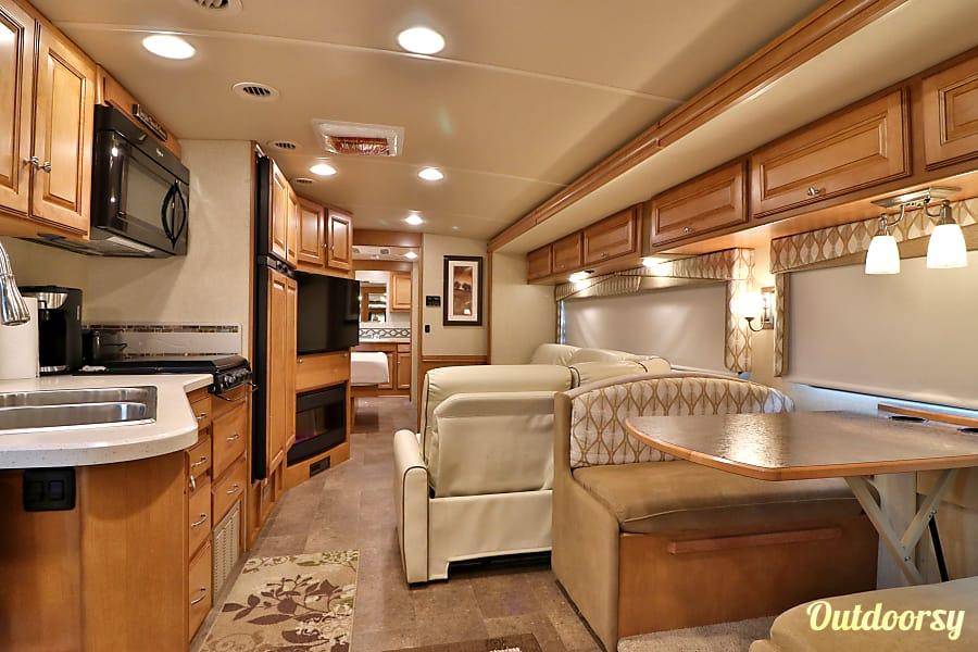 interior 2016 35' Winnebago Vista Tampa, FL