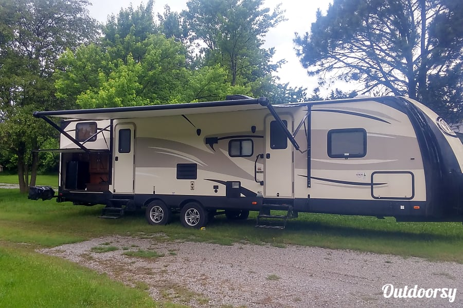 exterior Family Friendly RV with bunkhouse and room to sleep 9-11 Lincoln, NE
