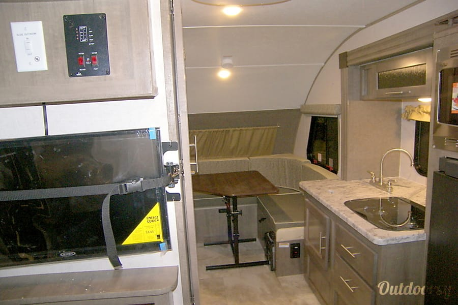 interior 2018 R-Pod 176 | 3 beds | Sleeps 4 comfortably, up to 7 (in a pinch) | Late returns OK Monrovia, CA