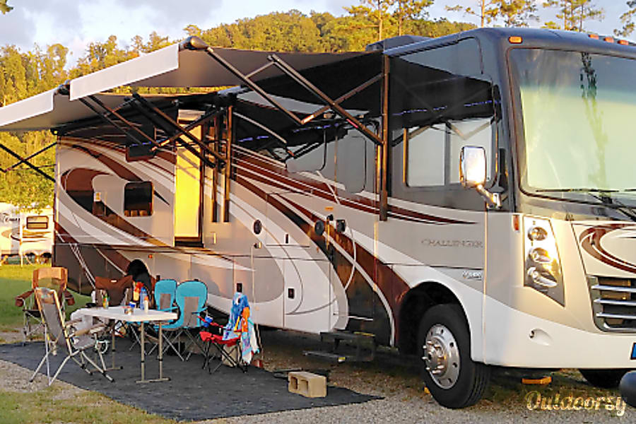 exterior 2016 Thor Motor Coach Challenger 37TB Chesapeake, VA
