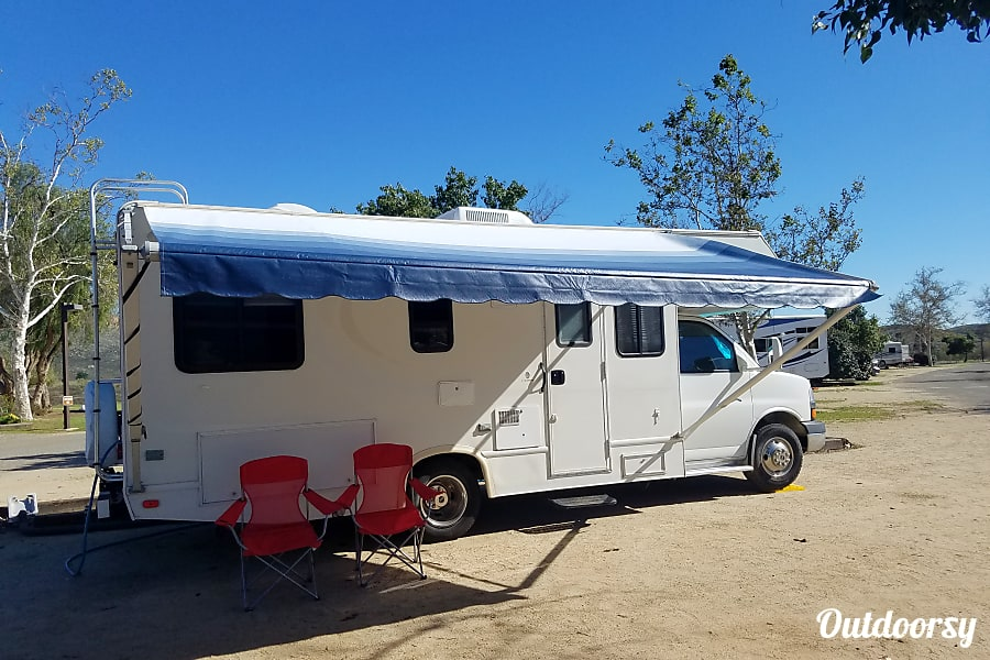 exterior 2004 Thor Motor Coach Chateau with rear corner bed Winchester, CA