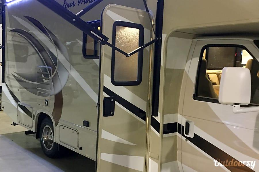 exterior 2018 Thor FourWinds motor coach 24F Melbourne, FL