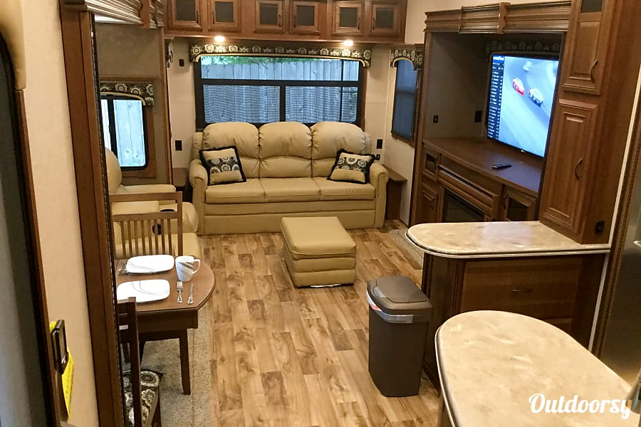 interior 2016 Jayco Pinnacle 36 RSQS Fort Worth, TX