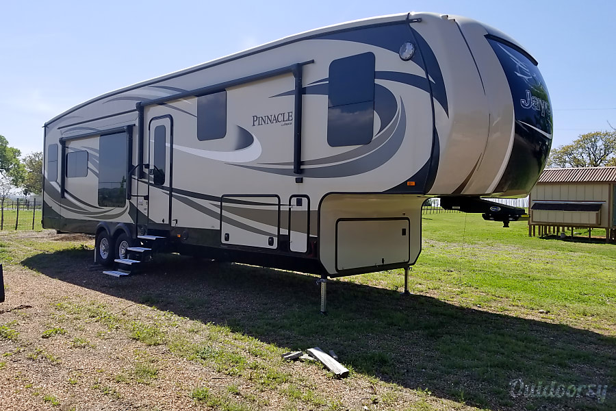 exterior 2016 Jayco Pinnacle 36 RSQS Fort Worth, TX