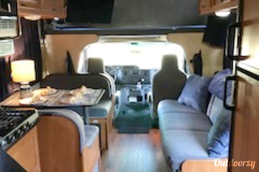 interior 2013 Thor Motor Coach Four Winds Majestic Kernersville, NC